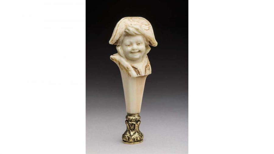 SCEAU en ivoire à décor d'un petit garçon au bicorne